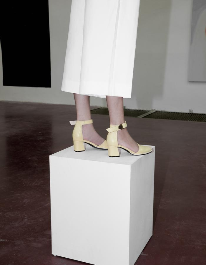 Mid high 60' heel, EDIE '60 YELLOW, strap buckled ankle, yellow soft leather pumps