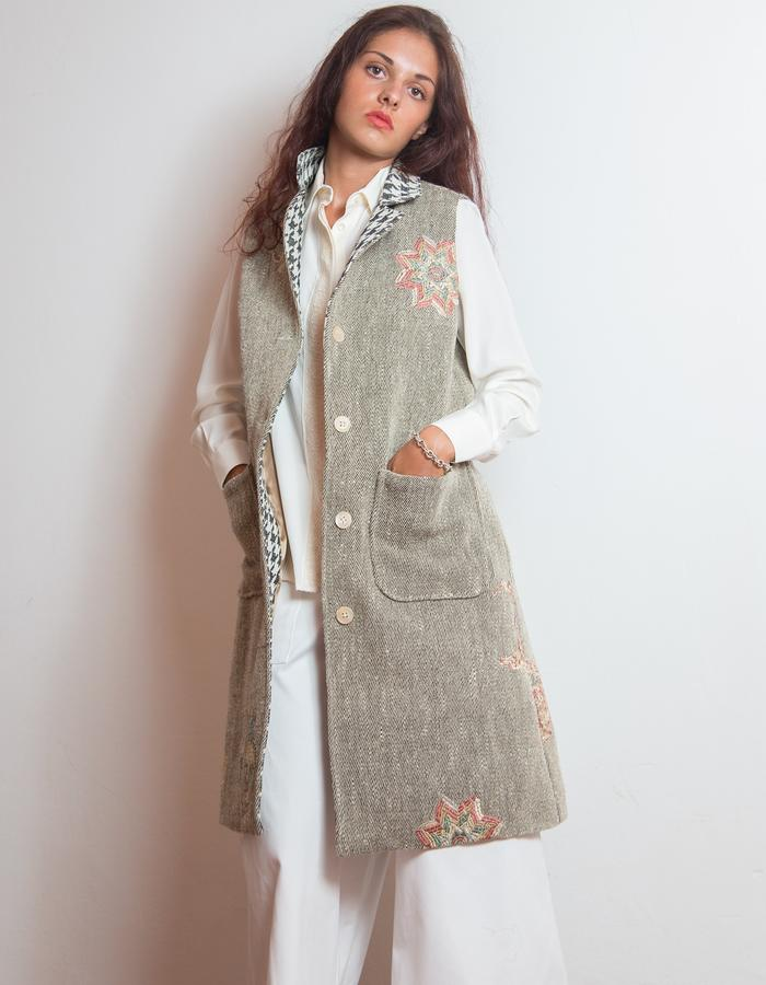 Long vest, embroidered natural wool.