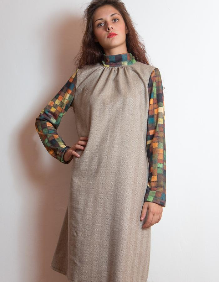 Wool dress, printed sleeves and collar.