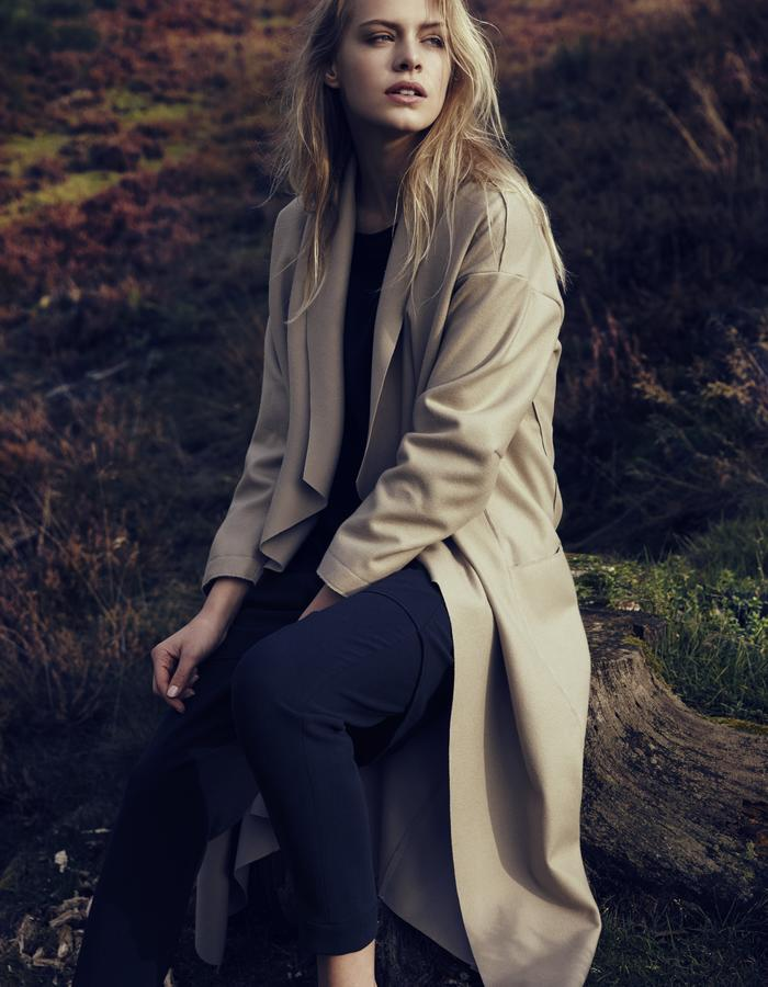 Relaxed wool coat with rad edges, half lined.