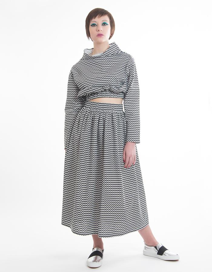 Crop top with high waist elastic and funnel collar. Dress with elastic waist. Cotton printed black chevron pattern