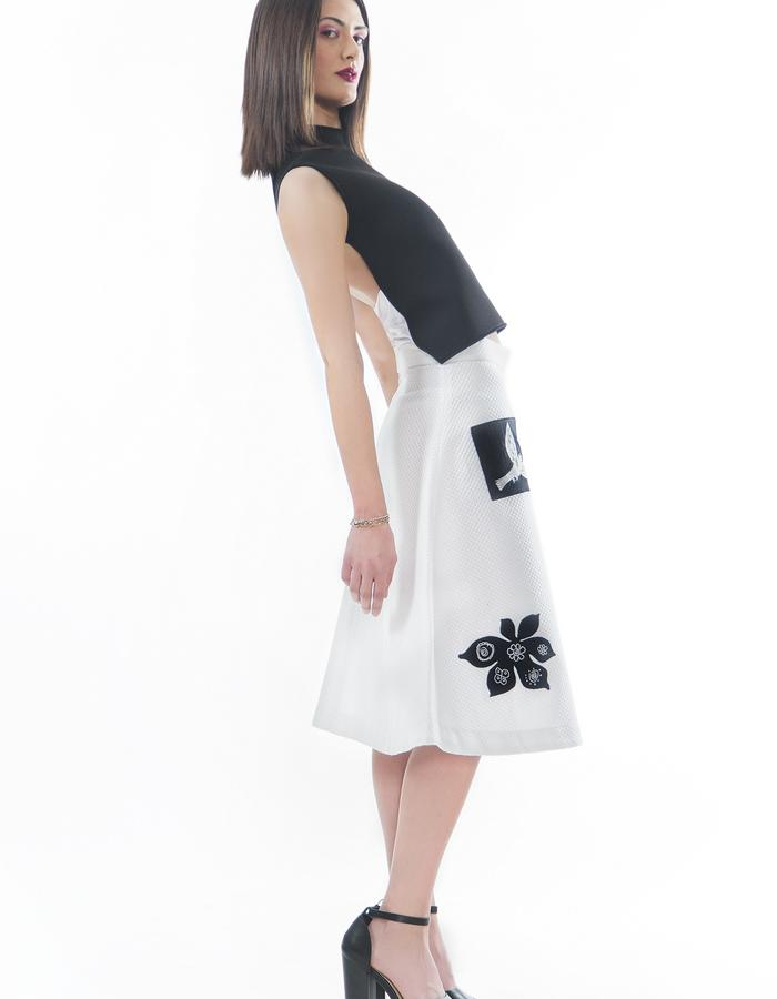 Top made in neoprene with elastic band, gown made in cotton piqué with applications and embroidered designs.