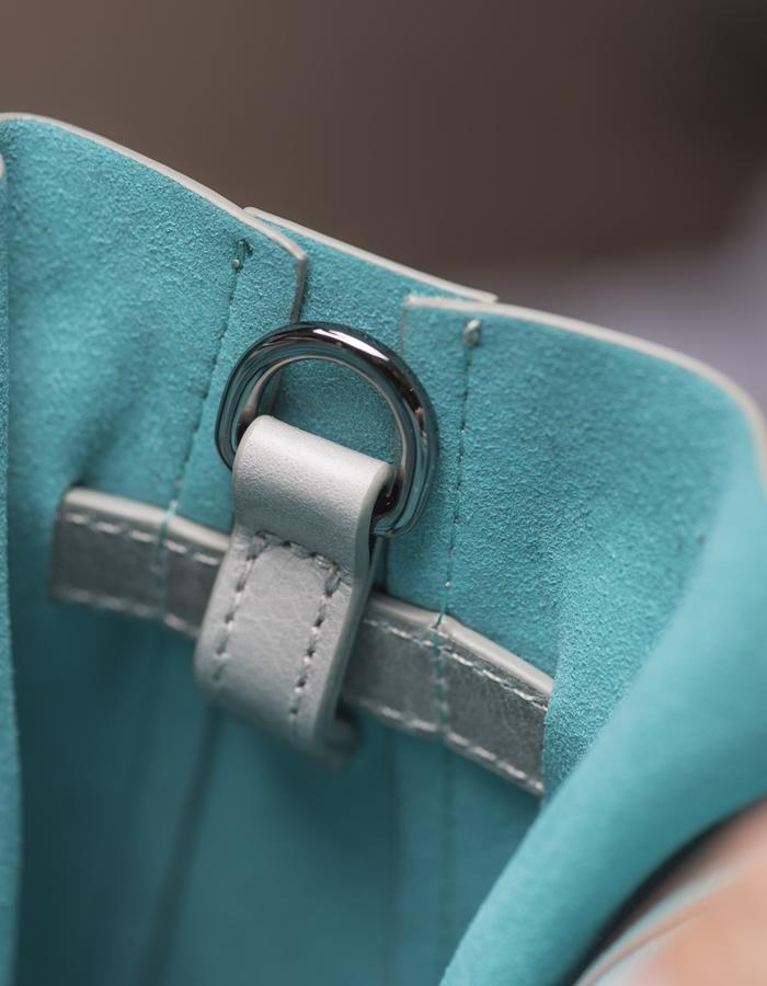 DEACON the Marne in dust. detail pouch & strap construction