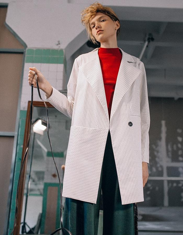 Cotton jacket in straight cut with asymmetrical details and a cropped collar