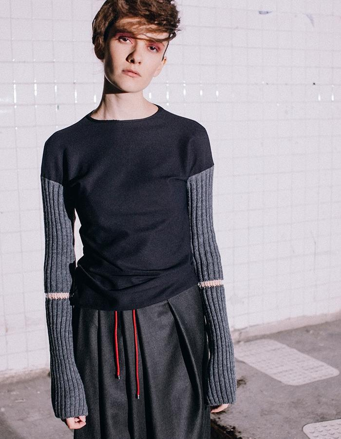 Knitted jumper with tearing  sleeves