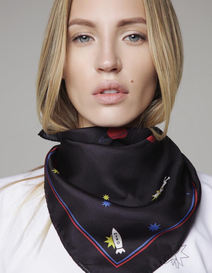 MIRO t-shirt, scarf
