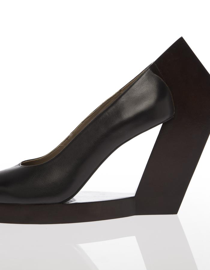 PUMP WITH WOODEN HEEL,contemporary, fashion