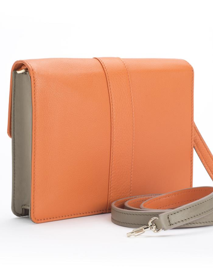 """AdBUSE SUNRISE """"bracelet clutch"""" as """"crossing bag"""" with bicolour removable strap; smooth orange and taupe nappa calf leather. Back detail."""