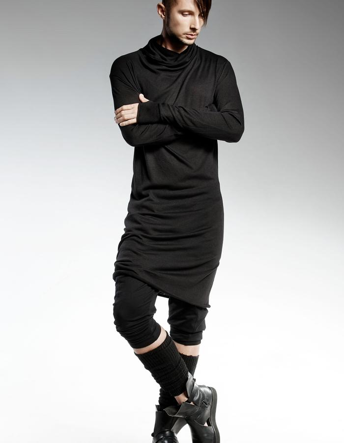 MAN BLACK RIPPED TOP WITH LONG SLEEVES