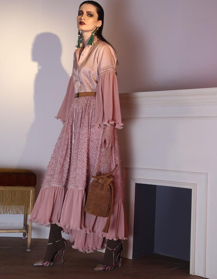 The pleated shirt maxi with flared sleeves.